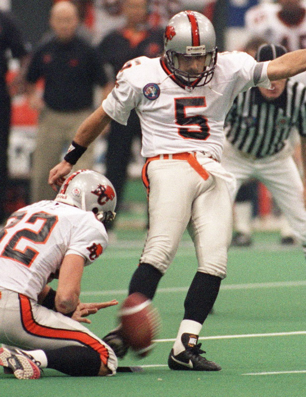 Grey Cup-Lou Passaglia kicks the winning field goal to defeat the Baltimore CFLers. (CP PHOTO) 1994 (STF)